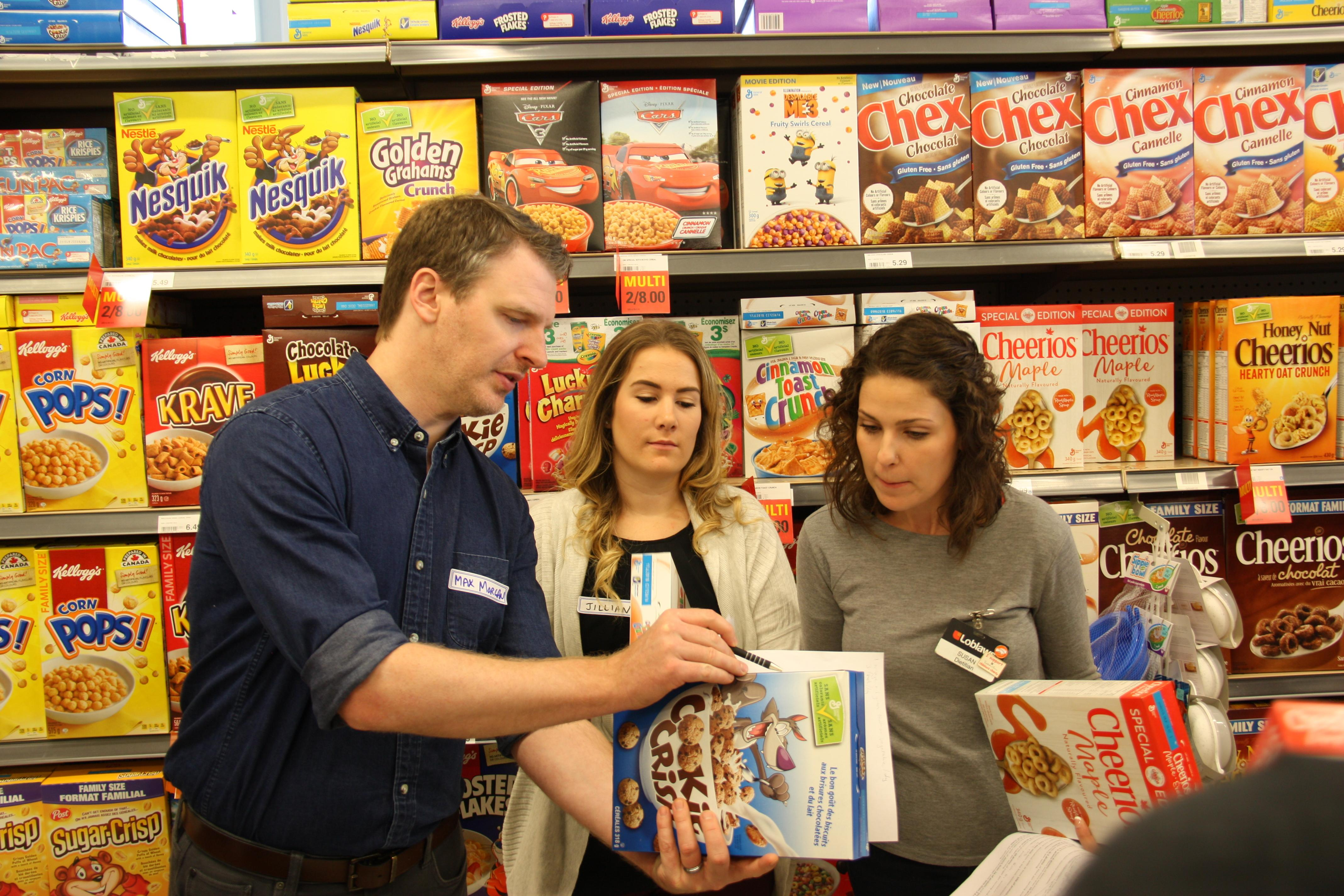 Medical students discuss a nutrition label with a Loblaws dietitian